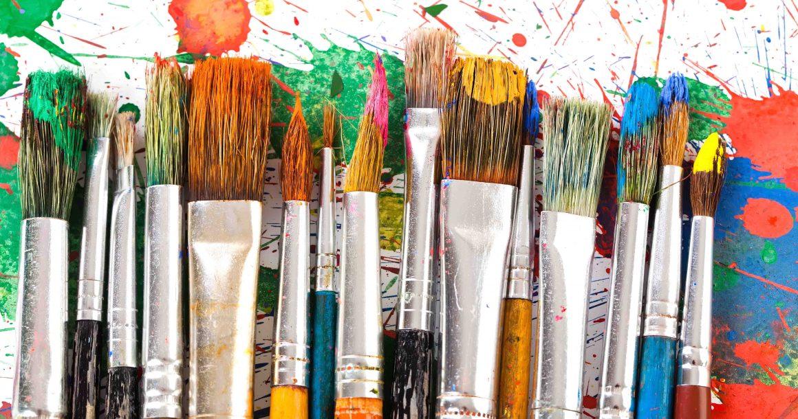 A Paint Night alkalmakon a buli és az élményfestés kéz a kézben járnak.