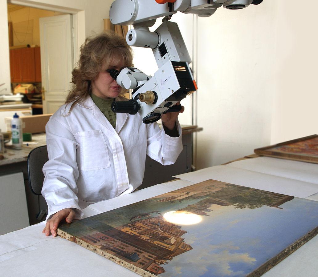 Festmény mikroszkóp alatt.