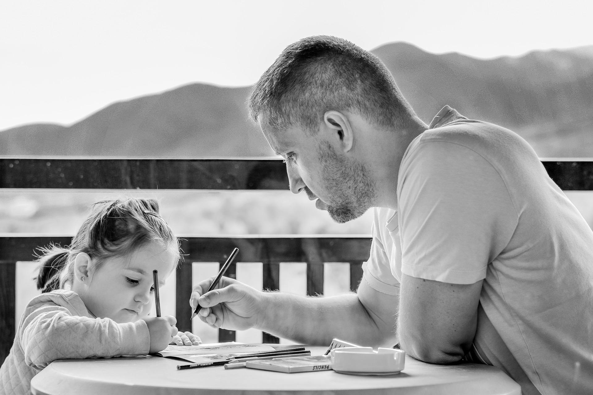 Gyerek apa közösen rajzol.