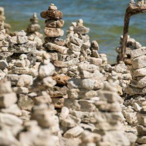 Kőtornyok a vízparton: művészet, vagy rossz szokás?